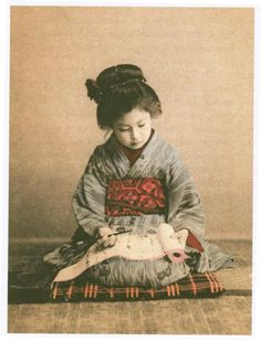 girl, practicing calligraphy (Japan, circa Meiji established schools for everyone. Japanese Geisha, Japanese Beauty, Japanese Kimono, Japanese Girl, Vintage Japanese, Old Pictures, Old Photos, Vintage Photographs, Vintage Photos