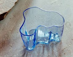 The vase is based on Alvar Aalto's sketches for a series of glassware Eskimoerindens skinnbuxa (The Eskimo woman's leather trousers), which he submitted to a design competition held by the Karhula-Iittala glassworks in 1936. The first series of glassware was made to be shown in the Finnish section at the Paris World Exhibition in 1937.