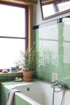 home Badkamer met bad en groene tegeltjes | Bathroom with bathtub and green tiles | vtwonen België 13-2017 | Fotografie & Styling Jonah Samyn