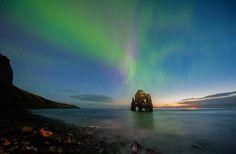 Hvítserkur es una roca de 15 m que se encuentra en la costa oriental de la península de Vatnsnes, en el noroeste de Islandia. Vemos la aurora boreal.