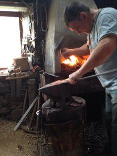 El maestro Antonio Díaz de Taramundi trabajando en su taller.