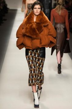 Fur from Fendi.Suzy Menkes column: at Milan Fashion Week: Day Two – Fendi: High Fur Comes to Paris Couture Fur Fashion, Runway Fashion, Winter Fashion, Fashion Show, Fashion Design, Milan Fashion, Fendi, Vogue, Look 2015