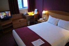 The Days Inn London Waterloo offers comfortable and large rooms equipped with an alarm clock, a TV and a telephone. Guests can indulge in...