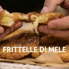 Le FRITTELLE DI MELE sono un dolce facile e goloso! Le fettine di mela vengono intinte in una pastella semplice e poi fritte! #giallozafferano #mele #mela #frittelle #fritto #dolci #dessert #apple #fritters #ricettefacili #ricetteveloci #easyrecipes [Apple fritters] Crockpot Dessert Recipes, Easy Cookie Recipes, Apple Recipes, Sweet Recipes, Cake Recipes, Cooking Recipes, Cakes That Look Like Food, Homemade Soup, Food Humor