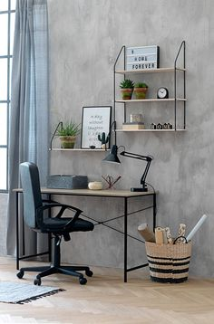 A Scandinavian style for your home office with the RAVNKILDE desk and HEJLSMINDE shelves from JYSK.