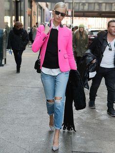 Versleten jeans met een fluo blazer Fluo is één van de grote modetrends voor zomer 2015 >| ELLE
