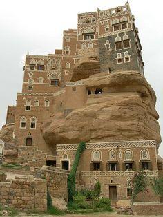 Los palacios de roca de Wadi Dhar, Yemen.
