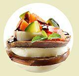 Tagliate a fettine la melanzana, disponetele in uno scolapasta e salate leggermente. Coprite con un piatto per premerle....
