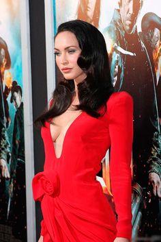 Меган Фокс в красном платье с вырезом