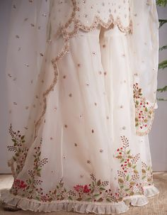 Party Wear Indian Dresses, Desi Wedding Dresses, Indian Fashion Dresses, Indian Designer Outfits, Fashion Outfits, Embroidery Suits Punjabi, Embroidery Suits Design, Hand Embroidery Designs, Embroidery On Clothes