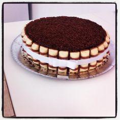 Fancy: Kinder Bueno cake, bolo. More Kinder Bueno recipes at Gourmandize.co.uk!