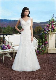 Romatisches A-Linien Brautkleid in Elfenbein mit Perlen bestickter Spitze verziert und einem Kummerbund aus Satin auf Taillenhöhe - von Sincerity