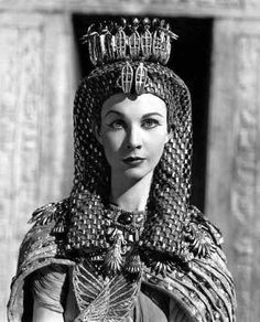 Vivien Leigh (real name Vivian Mary Hartley 1913 - in her costume for George Bernard Shaw's 'Caesar and Cleopatra', directed in Technicolour by Gabriel Pascal at Denham Studios. Caesar And Cleopatra, Queen Cleopatra, Cleopatra Costume, Cleopatra Facts, Cleopatra History, Cleopatra Makeup, Vintage Hollywood, Hollywood Glamour, Hollywood Actresses