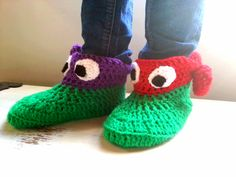 Ninja Turtle slipper socks free pattern – We Love Cozy Crochet Leg Warmers, Crochet Socks, Crochet Gloves, Crochet Gifts, Knit Crochet, Crochet Geek, Kids Slippers, Knitted Slippers, Slipper Socks