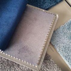 Azules y grises nos envuelven esta temporada! Preparando composición alfombras y tapizados para un diseño de salón muy elegante! #diseñosalon #textildecor #alfombra #alfombraefectoseda #alfombrakp #efectoseda #diseñodeinteriores #proyectodecoracion #proyectointeriorismo #imediterranea www.dmediterranea.es