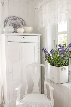 Shabby Chic Home Interiors – Decorating Tips For All Muebles Shabby Chic, Estilo Shabby Chic, Shabby Chic Style, Vintage Shabby Chic, Shabby Chic Decor, Lavender Cottage, White Cottage, Shabby Chic Cottage, Cottage Style