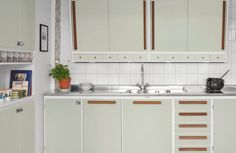 Nye retrokjøkken / New vintage 50s Style Kitchens, Elegant Kitchens, Home Kitchens, Kitchen Cupboard Doors, Kitchen Cabinets, Plywood Furniture, White Tile Backsplash, Vintage Stil, Cuisines Design