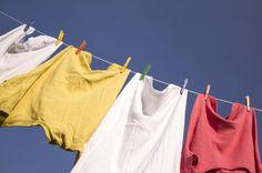Cómo quitar manchas de desodorante con bicarbonato. Todos odiamos esas manchas de desodorante que acartonan nuestra ropa y le dan un aspecto sucio y descuidado. Los desodorantes son más agresivos de lo que parecen ya que contienen grasas que se adhiere...