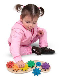 Regenboogrups met verwisselbare tandwiel  Materiaal: hout/kunststof Afmetingen: 35,5cm x 11,5cm x 5cm Leeftijd: geschikt voor kinderen vanaf 18 maanden Bijzonderheden: de tandwieltjes kunnen los en op de andere rupspootjes geplaatst worden.