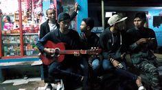 nongkrong di warung mang ayi sambil bermain musik 1