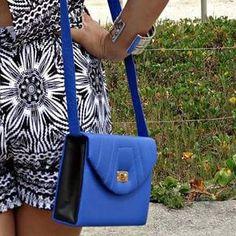 Olha que linda essa bolsa tiracolo estilo retrô azul! Faz qualquer look básico…