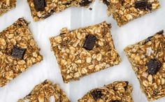 These delicious oatmeal bars with peanut butter, bananas, and chocolate chips are no bake and couldn't be easier to make! Great for kids and a healthy snack or breakfast option. Peanut Butter Banana Oats, Banana Oatmeal Bars, Healthy Peanut Butter, Oatmeal Breakfast Bars Healthy, Healthy Breakfast Smoothies, Breakfast Dessert, Oat Bars, Skinny Kitchen, Healthy Recipes