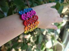 Aprenda a fazer esta pulseira de botões.