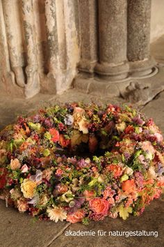 Funeral Tributes, Succulent Wreath, Fall Wreaths, Calla Lily, White Roses, Fall Decor, Flower Arrangements, Floral Design, Succulents
