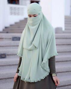 Image may contain: one or more people Hijab Gown, Hijab Niqab, Hijab Chic, Mode Hijab, Beautiful Muslim Women, Beautiful Hijab, Islamic Fashion, Muslim Fashion, Niqab Fashion