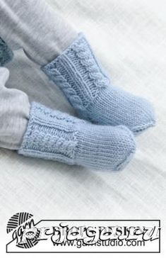 Celestina socks / DROPS baby - free knitting patterns by DROPS design Knitted socks with cable pattern for babies. The piece is worked in DROPS knitting patterns for baby and child. Baby Mittens, Crochet Mittens, Mittens Pattern, Beanie Pattern, Crochet Beanie, Knitting Socks, Free Knitting, Knitted Baby Socks, Booties Crochet