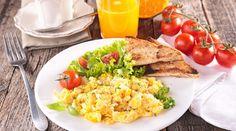 La mejor forma de comenzar el día es con un desayuno proteico. Gracias a las proteínas y a la termogénesis natural, podrás quemar de forma más rápido el exceso de grasa.