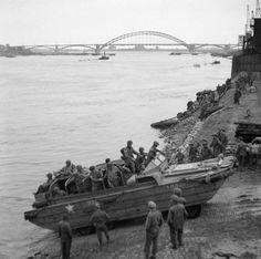 Un Dukw britanico cruzando el rio Waal en Nijmegen, el 30 de Septiembre de 1944
