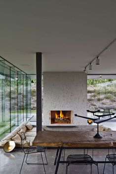 An arrangement of freestanding structures around a sheltered central courtyard rests in a saddle above Matiatia Bay. The natural undulations of the saddle ha...