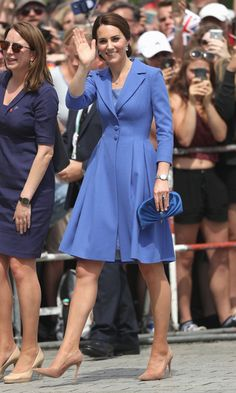 Jimmy Choo Clam satin cluth and Catherine Walker coat Catherine, Duchess of Cambridge arrives at the Brandenburg Gate during an official visit to Poland and Germany on July 2017 in Berlin, Germany. (Photo by Sean Gallup/Getty Images) Duchess Kate, Duke And Duchess, Duchess Of Cambridge, Catherine Walker, Prince William And Catherine, William Kate, Kate Middleton Pictures, Kate Middleton Style, Middleton Family