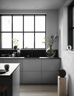Minimal and industrial kitchen Minimal and industrial kitchen – The black and grey fronts and worktop match perfectly with the concrete walls and the large black frame windows. Minimal Kitchen Design, Minimalist Kitchen, Minimalist Style, Minimalist Design, Grey Kitchens, Home Kitchens, Home Interior, Interior Design Kitchen, Modern Interior