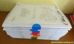 Cahiers plus facilement repérables grâce à des gommettes correspondant aux couleurs des groupes des élèves, mais aussi grâce aux numéros des élèves reportés sur chacun des cahiers (ainsi, il est plus aisé de voir quel est le cahier qui n'a pas été rendu !) - LaCatalane