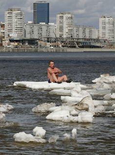 Cena foi registrada no rio Yenisei, em Krasnoyarsk (Foto: Ilya Naymushin/Reuters)