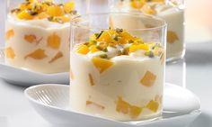 Himmelscreme mit Pfirsichen -  Leichte Joghurt-Creme mit Pfirsichen und Pistazien als Dessert nach dem Mittagessen