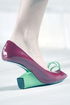 I admire Marc Jacobs as an innovative fashion designer but you wouldn't catch me wearing these strange heels from his 2008 S/S collection. Funky Shoes, Crazy Shoes, Me Too Shoes, Weird Shoes, Marc Jacobs, Shoe Boots, Shoes Heels, High Heels, Walking In Heels