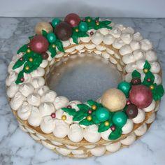 corona de turrón Ornament Wreath, Ornaments, Christmas Wreaths, Cupcakes, Holiday Decor, Home Decor, Fondant Cakes, Lolly Cake, Candy Stations