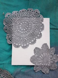 Doilies used to stencil on canvas Spray Paint Canvas, Diy Canvas, Diy Projects To Try, Craft Projects, Stencil, Doily Art, Fun Crafts, Arts And Crafts, Dollar Store Crafts