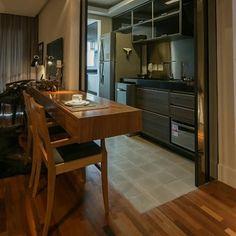 SnapWidget | Balcão de madeira integrando sala e cozinha. #kzablog #interiores #decoração #decor #cozinhaintegrada #cozinha