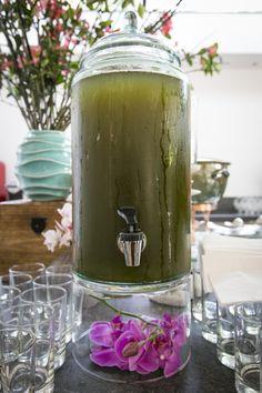 Chá de capim santo adoçado com calda de líchio com a base do filtro decorado com flores (Orquídeas Rosa) em mesa de água aromatizadas - Brunch