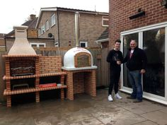 Looking for Garden Pizza Ovens? Join the Amigo Ovens family. We are passionate about, food, cooking, socialising & entertaining. You won't be disappointed! Diy Pizza Oven, Pizza Oven Outdoor, Pizza Ovens, Modern Outdoor Kitchen, Outdoor Kitchen Plans, Barbeque Design, Brick Grill, Garden Pizza, Barbecue Garden