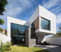 Busca imágenes de diseños de Casas estilo Moderno}: Fachada. Encuentra las mejores fotos para inspirarte y y crear el hogar de tus sueños.
