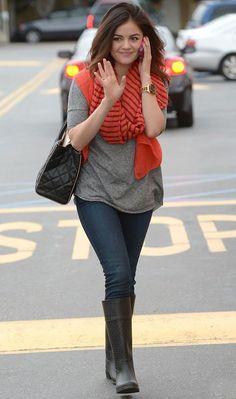 Lucy Hale aposta no cachecol laranja para deixar a produção básica muito mais fashion!