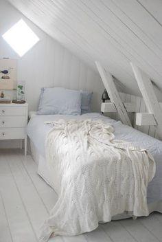 Il bianco, il legno, il soffitto inclinato... Tutto questo mi sa di nido. Di protezione <3