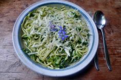 Spaghetti-Zucchinispaghetti Zucchini mit dem Lurchi zu Spaghetti durchdrehen In einer Pfanne mit Öl anbraten würzen mit Salz-Pfeffer-Chilli-Bärlauchpaste die gekochten Spaghetti zugeben und vermengen auf dem Teller etwas Parmesan darüber raspeln (ohne den Parmesan ist es eine vegane Speise)