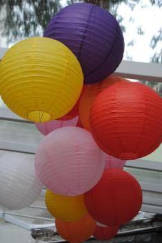 Casamento_MiniweddingColorido_31. Lanternas japonesas super coloridas decoraram a cerimônia desse casamento rústico feito em casa com o tema boteco.