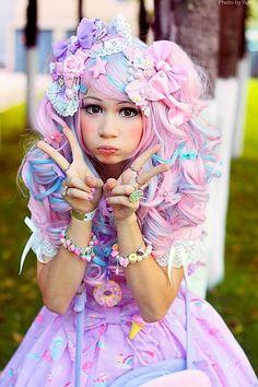 A lolita with decora touches and fairy kei colors. Plus an irresistable expression! LE GESTE C' EST UNE SORTE DE V VICTOIRE ET UN DOIGT D'HONNEUR?